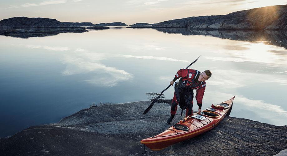 ima151312 – man with canoe