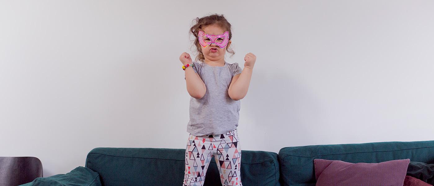 Bild-ID: sca4172. Flicka leker superhjälte.