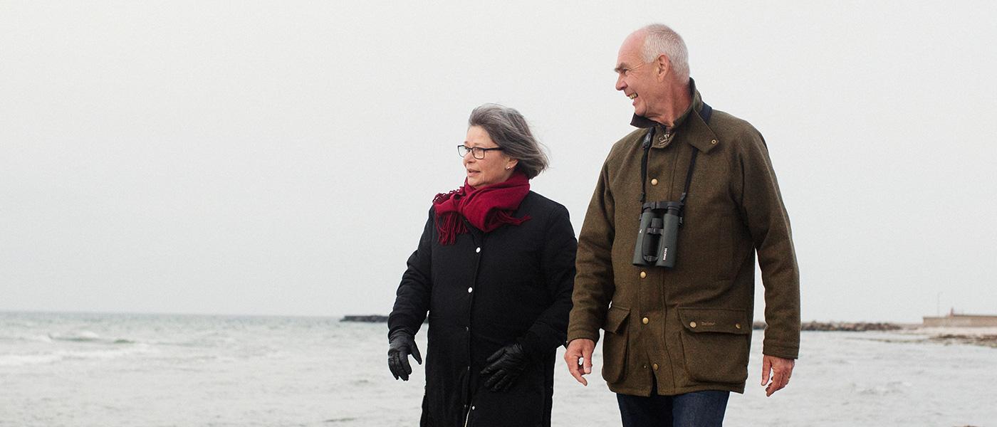Bild-ID: sca5081. Äldre par promenerar på stranden.