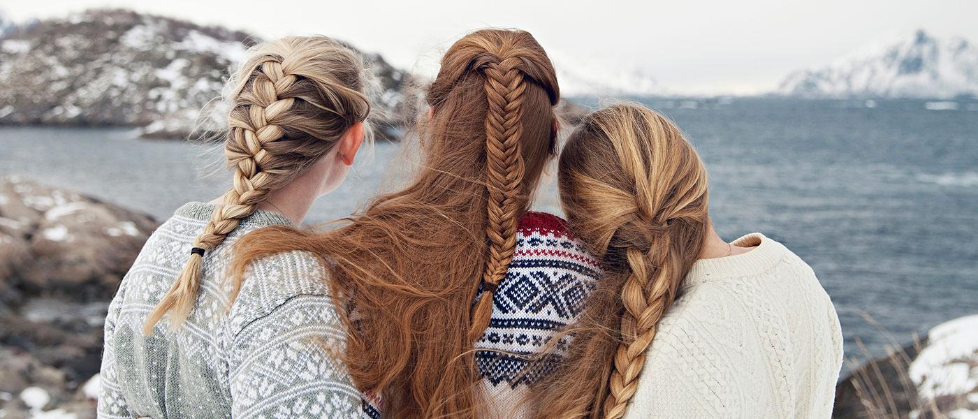 Bild-ID: scandinav_wy6t. Tre vänner som tittar ut över horisonten.